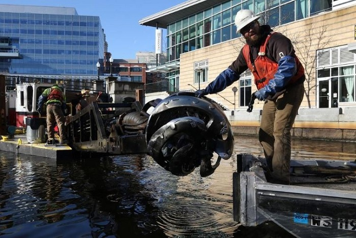 Cleaning the small dredge Grand Calumet in Providence